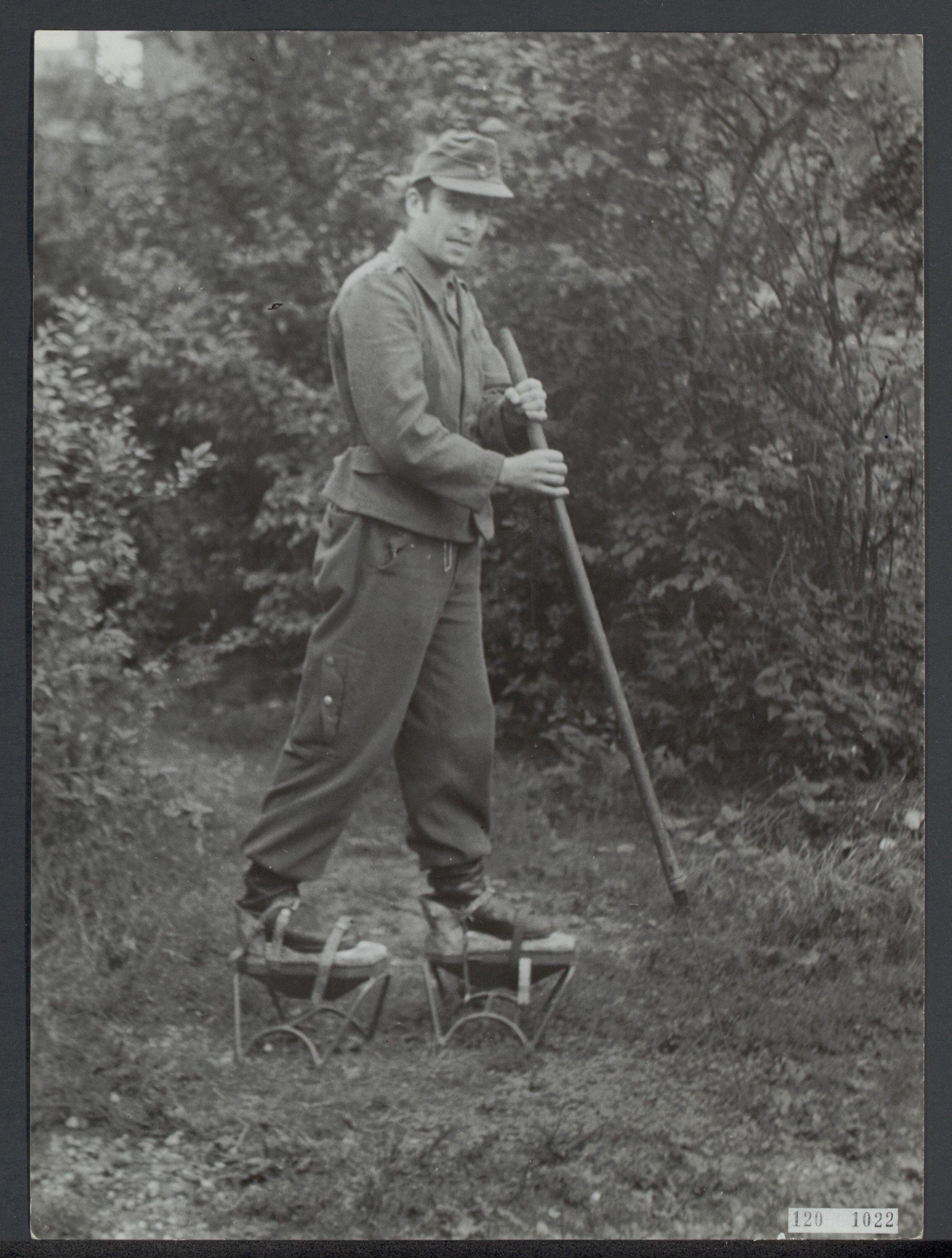 Opruimen_van_landmijnen_bij_Hoek_van_Holland._Duitse_krijgsgevangen_worden_daarb,_Bestanddeelnr_120-1022
