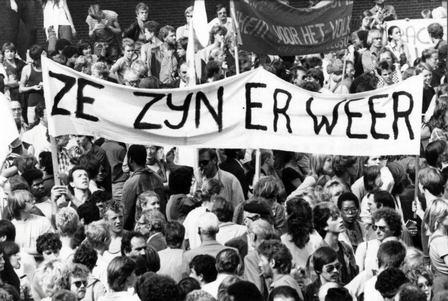 Demonstratie_op_het_Binnenhof_in_Den_Haag_tegen_de_komst_van_de_centrumpartij_in_de_Tweede_Kamer._In_beeld_een_groot_spa_-_SFA007001062